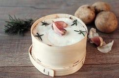 Mont d 'o queso Receta francesa tradicional - chaude del boîte del La Queso francés delicioso fotografía de archivo libre de regalías