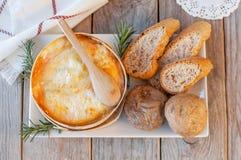 Mont d 'o queso Receta francesa tradicional - chaude del boîte del La Queso francés delicioso fotos de archivo