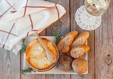 Mont d 'o queso Receta francesa tradicional - chaude del boîte del La Queso francés delicioso imágenes de archivo libres de regalías