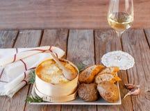 Mont d 'o queso Receta francesa tradicional - chaude del boîte del La Queso francés delicioso imagen de archivo