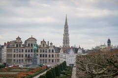Mont des艺术从事园艺与布鲁塞尔城镇厅背景的 免版税图库摄影