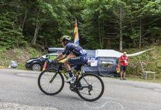 Mont du Беседовать, Франция - 9-ое июля 2017: Колумбийские велосипедисты Esteban Chaves команды Orica-Скотта взбираясь дорога на  стоковое фото rf