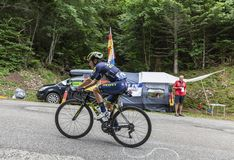 Mont du Chat, Frankrijk - Juli 9, 2017: De Columbiaanse fietsers Esteban Chaves die van Team Orica-Scott de weg op Mont du Chat b royalty-vrije stock foto
