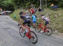 Mont du Prata, Frankrike - Juli 9, 2017: Två cyklister, Angelo Tulik och polkan Dot Jersey, Lilian Calmejane av Direct Energie la royaltyfri fotografi