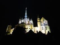 Mont helgon-michel abbotskloster i natt, Normandie Arkivbild