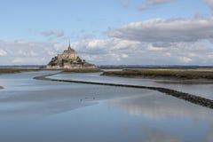 Mont Michel zbliżenie w lecie w Normandy, France z wodą w przodzie zdjęcia royalty free