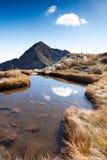 Mont Mucrone和一座小山的北部est面孔在一晴朗的秋天天筑成池塘 库存图片