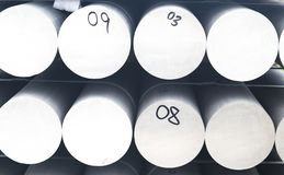 Mont?n del metal y de aluminio en el cargo del almac?n para el transporte a la f?brica de fabricaci?n fotos de archivo libres de regalías