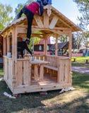 Mont?rer bygger en paviljong av tr?material royaltyfri foto