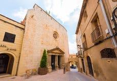 MONT-ROIG台尔CAMP,西班牙- 2017年6月19日:博物馆中心Miro老教会 复制文本的空间 免版税库存照片