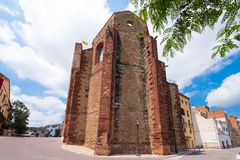 MONT-ROIG台尔CAMP,西班牙- 2017年6月19日:古老大厦的看法 复制文本的空间 免版税图库摄影