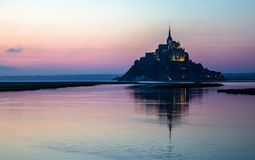 Mont Saint-Michel στο σούρουπο, Γαλλία στοκ φωτογραφία