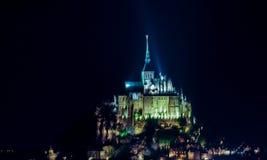 Mont Saint-Michel Abbey vid natt, Normandie, Frankrike Arkivfoton