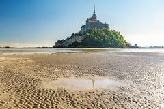 Mont Saint Michel abbotskloster på ön i lågvatten, Normandie, nordliga Frankrike, Europa fotografering för bildbyråer