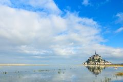 Mont Saint Michel abbotskloster på ön med reflexion i vatten, Normandie, nordliga Frankrike, Europa arkivfoto