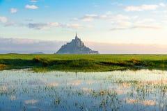 Mont Saint Michel abbotskloster på ön med reflexion, Normandie, nordliga Frankrike, Europa royaltyfri fotografi