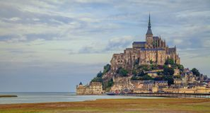 Mont Saint-Michel dans des Frances de la Normandie à travers les mudflats images stock