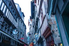 Mont Saint-Michel dentro de las paredes, Normandía, Francia Fotos de archivo libres de regalías