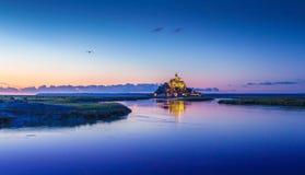 Mont Saint-Michel in der Dämmerung an der Dämmerung, Normandie, Frankreich Lizenzfreie Stockfotos