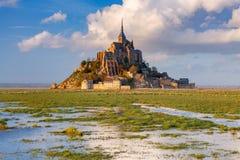 Mont Saint-Michel en la puesta del sol Imagenes de archivo