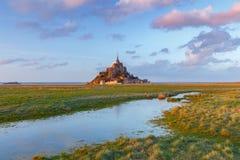 Mont Saint-Michel en la puesta del sol Fotos de archivo libres de regalías