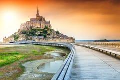 Mont Saint Michel för fantastisk historc tidvattens- ö med bron, Frankrike royaltyfri bild