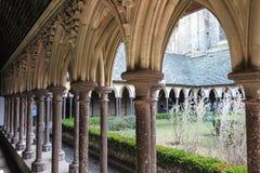 Mont Saint Michel, Francia - 8 de septiembre de 2016: Jardín i del claustro Fotos de archivo