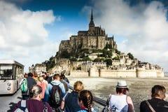 Mont Saint Michel, Francia - 8 de septiembre de 2016: Vista panorámica a Fotos de archivo