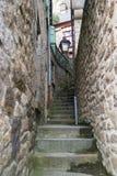 MONT saint-michel FRANCJA, MARZEC, - 27, 2016: Wąskie kamienne ulicy Fotografia Stock