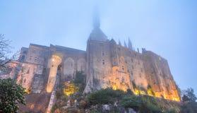 Mont Saint Michel i en dimmig afton, Normandie, Frankrike Arkivfoto