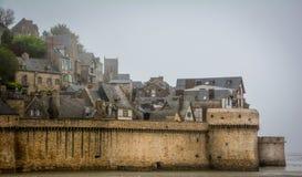 Mont Saint Michel i en dimmig morgon, Normandie, Frankrike Arkivfoton