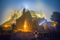 Mont Saint Michel i en dimmig natt, Normandie, Frankrike Royaltyfri Foto