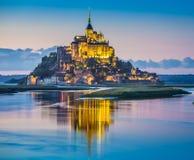 Mont Saint-Michel i skymning på skymning, Normandie, Frankrike Arkivbilder