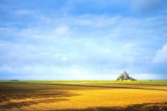 Mont Saint Michel klostergränsmärke och fält. Normandie Frankrike Royaltyfri Fotografi