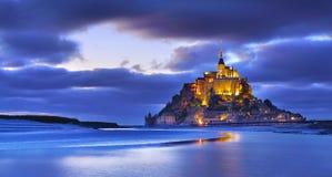 Mont Saint Michel na noite, Normandy, França foto de stock