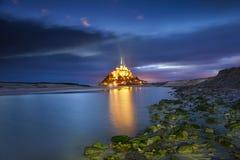 Mont Saint Michel na noite, Normandy, França fotos de stock