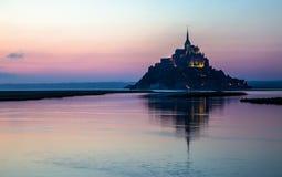 Mont Saint Michel no crepúsculo, França fotografia de stock