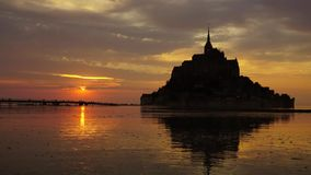 Mont-Saint-Michel no por do sol video estoque