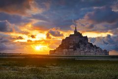 Mont Saint Michel no por do sol, Normandy, França fotografia de stock royalty free