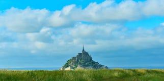 Mont Saint Michel no tempo ensolarado, Normandy, França imagem de stock royalty free