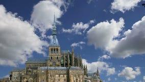Mont Saint-Michel, Normandie, Frankreich--einer der besichtigten Touristenorte in Frankreich Gekennzeichnet als ein der ersten UN stock video