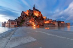 Mont Saint-Michel på solnedgången royaltyfri bild