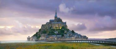 Mont Saint Michel på solnedgången, Normandie, Frankrike royaltyfri bild