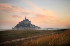 Mont Saint Michel que despierta Imagen de archivo libre de regalías