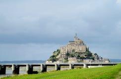 Mont Saint Michel sikt från bron Arkivbild