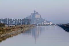 Mont Saint-Michel, vattenreflexion och morgonogenomskinlighet arkivfoto