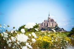 Mont Saint Michel zwischen Blumen Stockfoto
