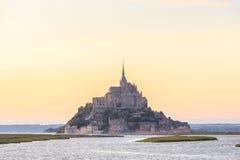 Mont Saint Michele en la oscuridad Francia Foto de archivo