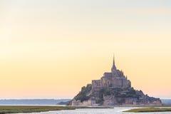 Mont Saint Michele en la oscuridad Francia Fotos de archivo libres de regalías
