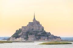 Mont Saint Michele en la oscuridad Francia Imágenes de archivo libres de regalías
